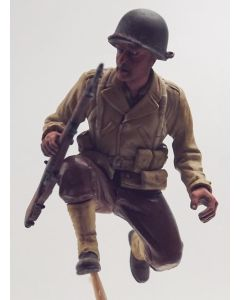 WWII US Infantyman Crouching with M1 Garand Built-Up 1/35 Scale Model Figure